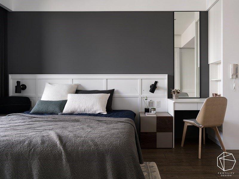 床头主墙大胆采用深灰色调,与周遭的白色形成对比,形塑静谧的休憩氛围。
