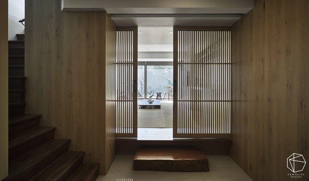 甫入室,迎面而来的是充满日式美感的格栅拉门,透过细致的缝隙,筛落暧昧地自然采光,转换绝美的光影线条,散发出闲情雅致的情调,推开拉门后,明亮宽敞的和室即映入眼帘。