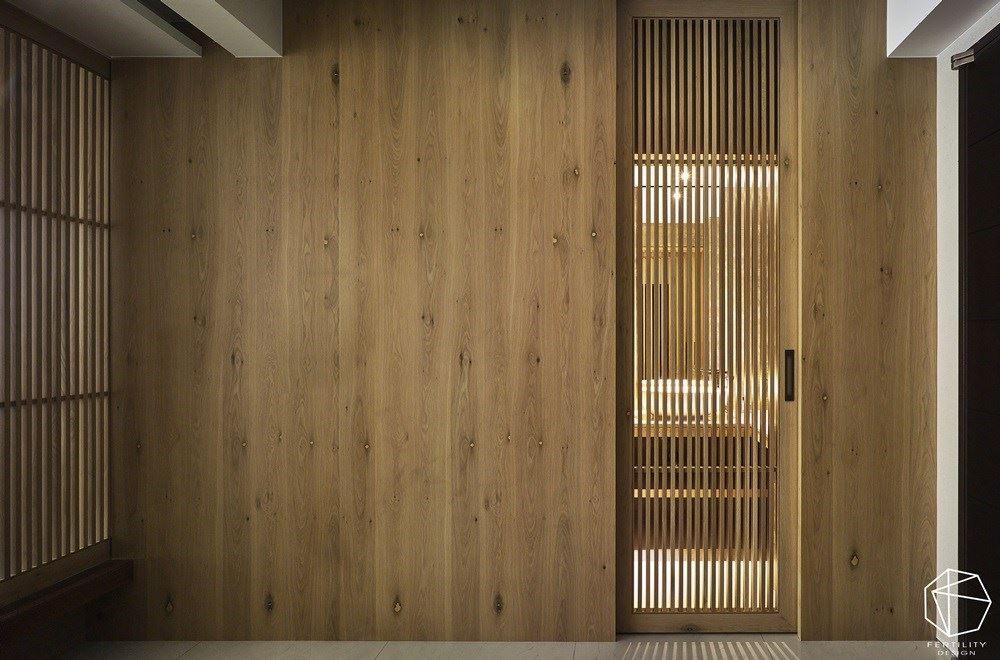 空间内使用大量的浅色木皮,铺陈出自然温润感,并结合木栅元素,形成连续性的律动美感,让每一幅空间画面都隽永耐看。