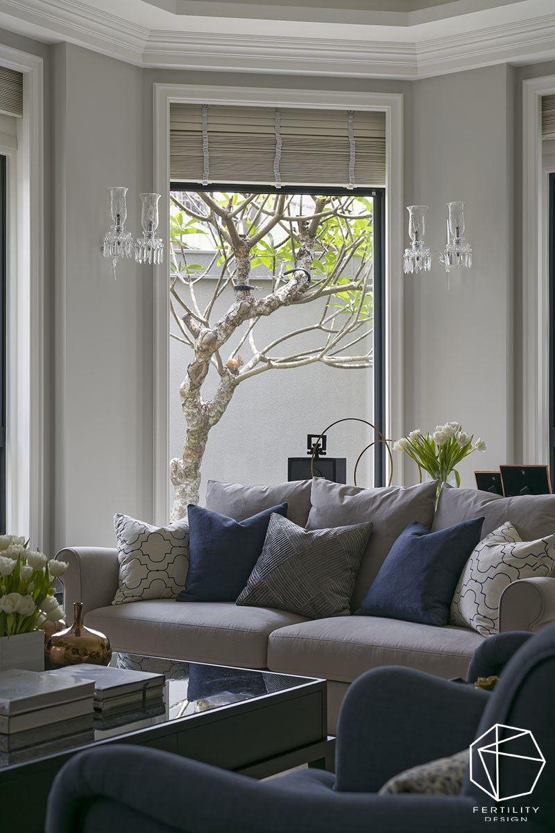 从客厅可望向窗外庭院,收进绿意景致,搭配光影的错落,堆栈出迷人的生活场景。