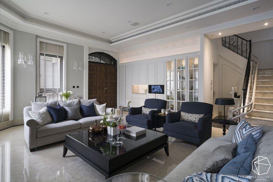 挑高的客厅以白色为主调,于天花板加入细腻的线板修饰,诠释浪漫的新古典之美。
