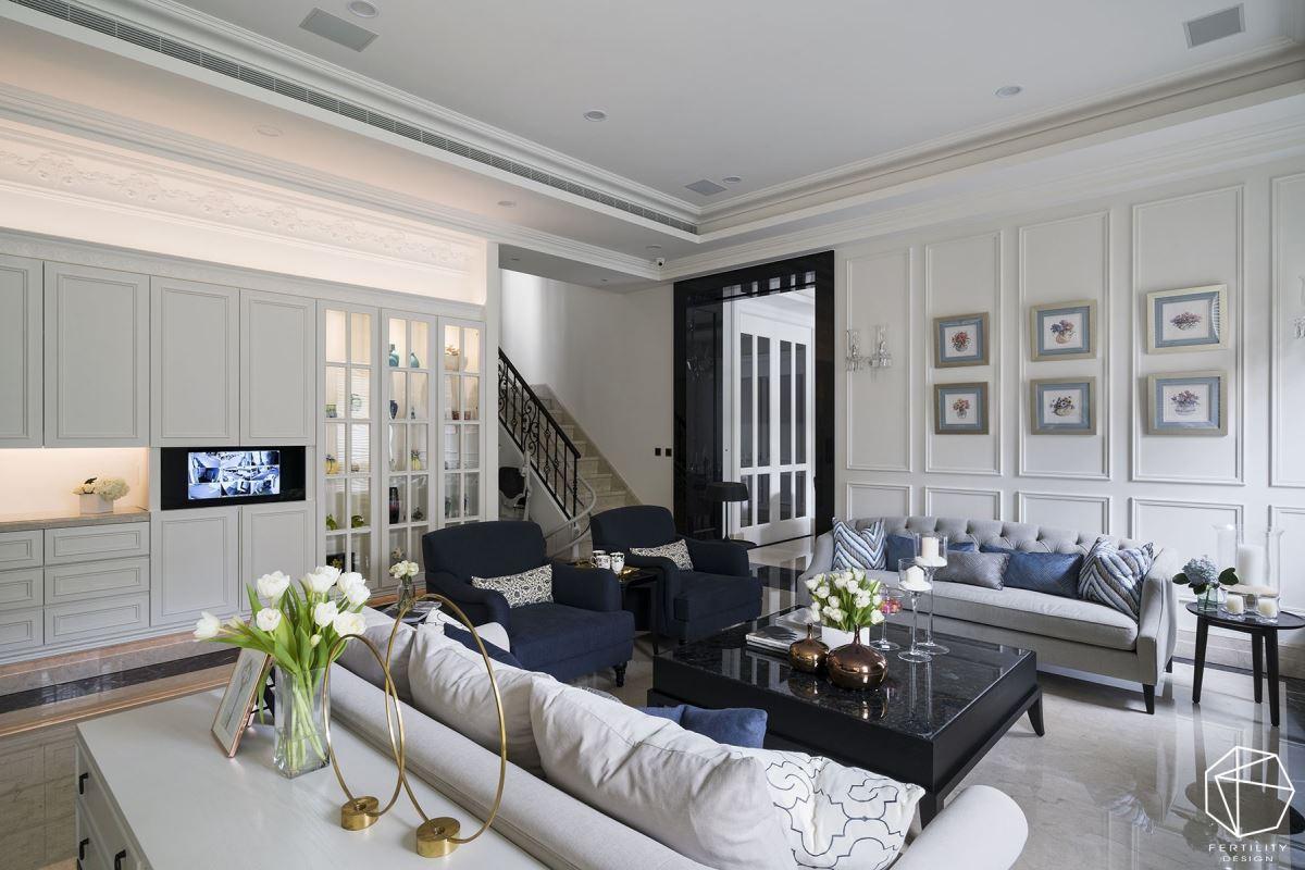 白色基底,搭配蓝色沙发与家饰品,于墙面装饰相框,体现丰富的视觉层次。