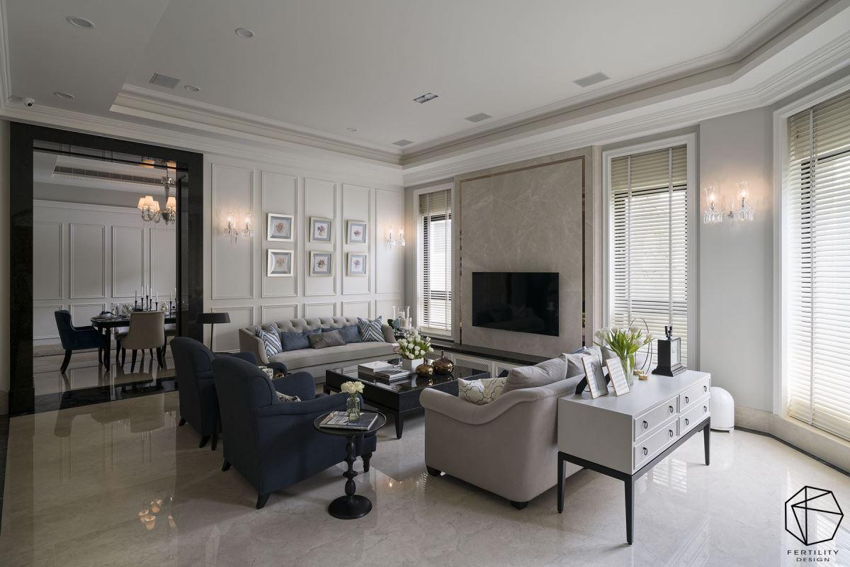 以电视主墙做为中心,展开对称的墙面表情,配置多扇挑高窗户纳入好采光条件,体现出较具正式感的迎宾会客空间。