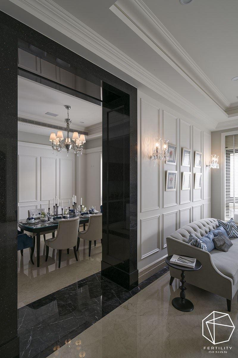 客厅与餐厅之间设定黑镜门框,做出场域界定,形成空间之间的转换。