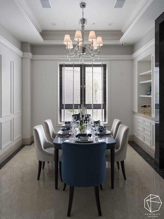 餐厅空间悬挂精致水晶吊灯,搭配典雅餐桌椅,围塑出新古典的优雅质韵。