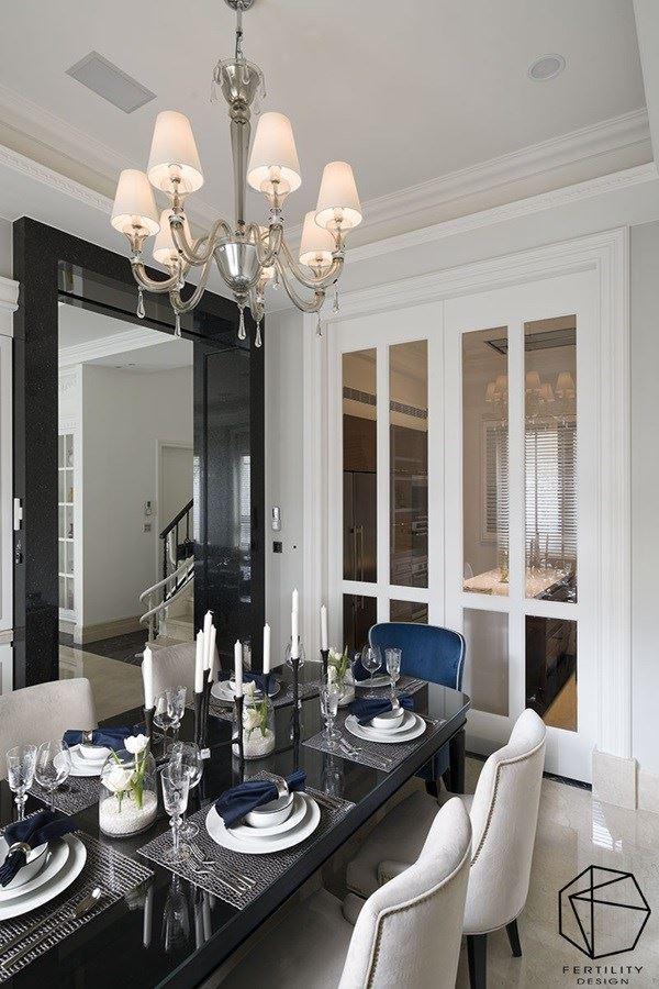 餐厅与厨房之间,配置玻璃拉门避免油烟散逸,并引导采光进入厨房。