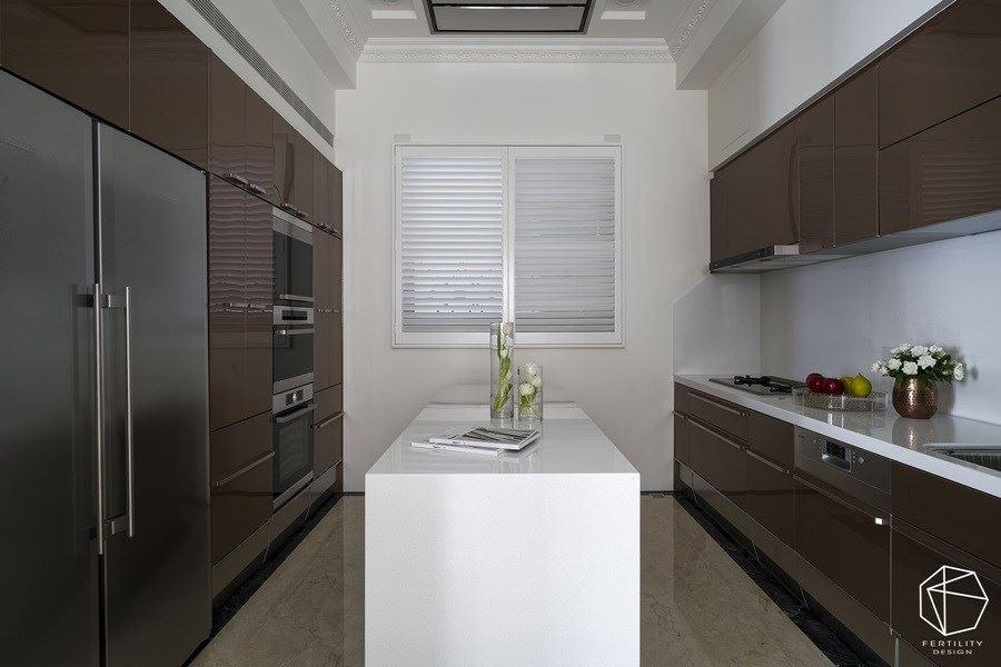合理使用厨房的每一个角落,并去除把手之类的繁琐元素,加以时髦的金属色彩妆点,提升整体时尚感。