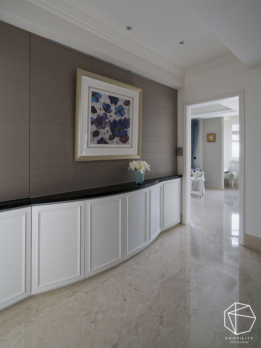 在楼梯转角处,安排一道端景墙,作为楼层与楼层之间的衔接,并特意于墙面挂上画作与摆放花瓶,构成一幅美丽风景。