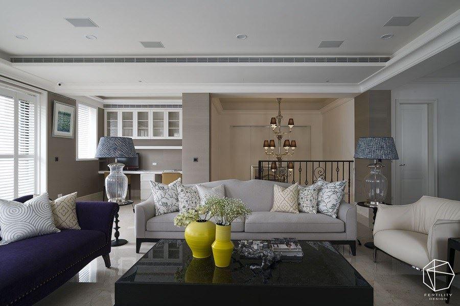 有别于一楼的正式场域,三楼的起居客厅陈列低矮的沙发,搭配黄色花瓶跳色,形成舒适放松的空间氛围。