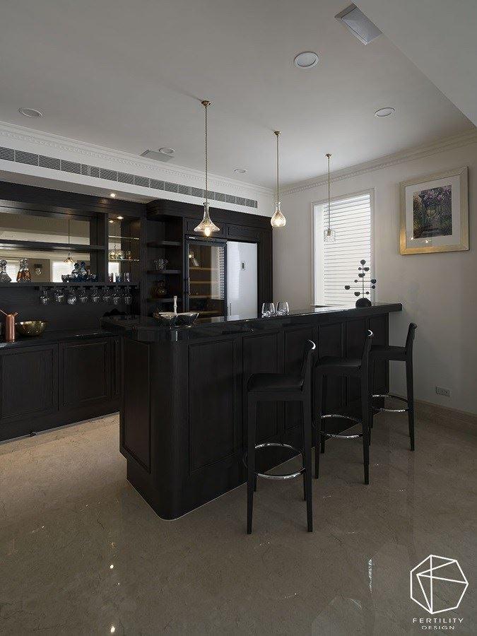一旁更规划深色系吧台,营造出复古的老酒馆氛围,成为亲朋好友聊天小酌的绝佳角落。