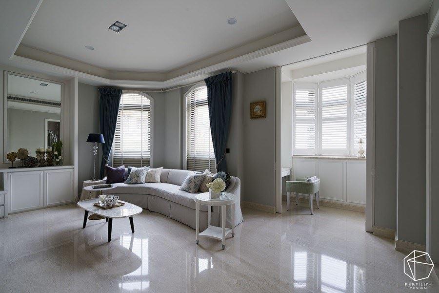 在窗边留下空间,规划起居与更衣室机能,透过拱型窗与六角窗纳入采光,打造明亮而温馨的临窗角落。