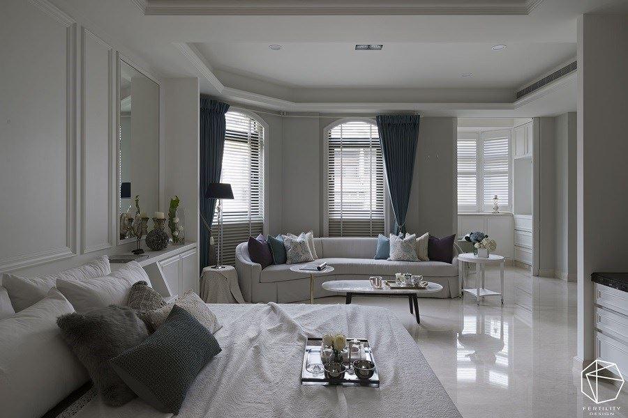 卧室以白色为基底,缀点碎花图样与细致线板,搭配弧形曲线的柔软沙发,让整个空间更为舒适优雅。