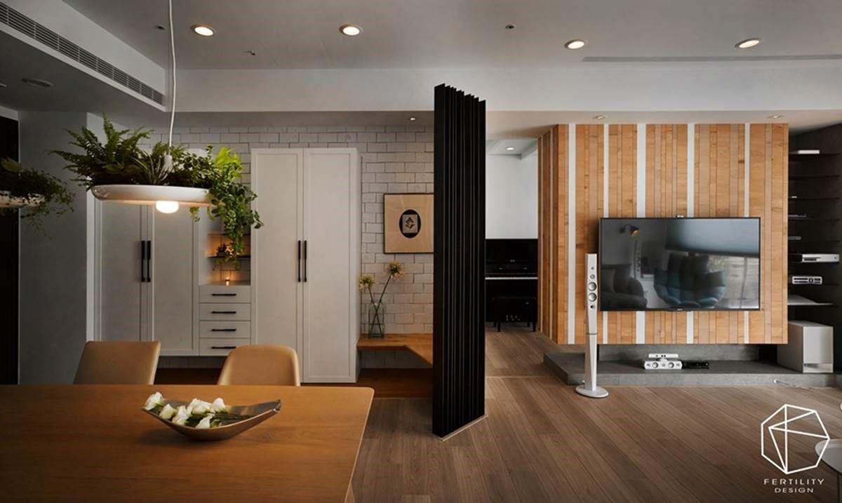 特色的木质电视墙面与整屋的木地板相辅相成,从入口处沿墙安排储物展示柜体,并结合穿鞋凳,在末端安排铁件隔屏,以非直角的造型活化空间线条。