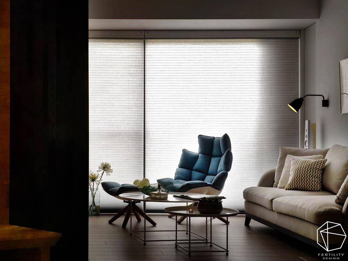 在轻盈的架构基底之中,置入一座蓝色躺椅,衬佐充足的窗外日光,构成惬意画面。