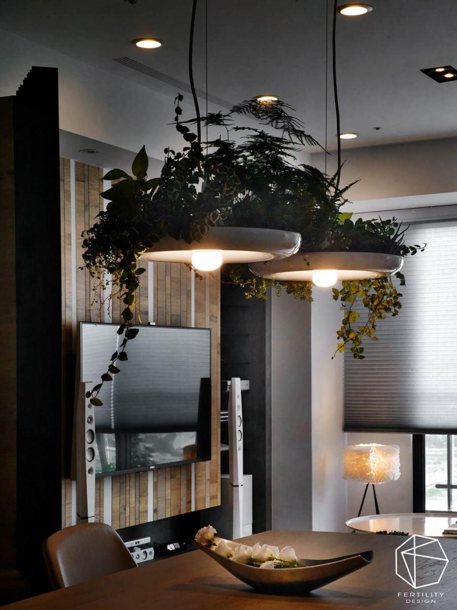 吊灯以植物做装饰,将绿意带入室内,缀点清新氛围,也替餐厅空间带入画龙点睛的视觉亮点。