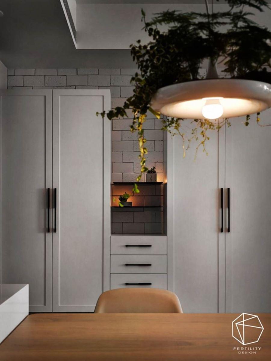 柜体与柜体之间的角落,加入灯光与摆饰妆点,形成颇具巧思的视觉焦点。