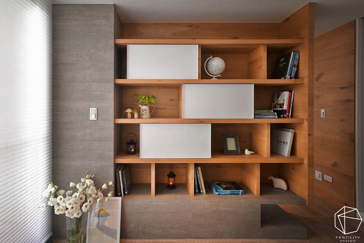 电视墙后方的书房兼琴房,则运用清水模砖铺陈,搭配木作柜体与白色滑轨推门,创造美形与机能兼具的展示收纳机能。