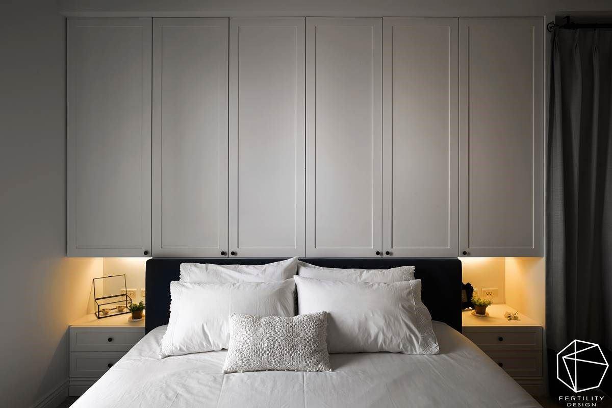 寝室透过简洁的白色调呈现舒眠氛围,以极简的纯白色酝酿质感,床头则暗藏收纳功能,两侧更设置间接灯光,营造放松的休憩氛围。