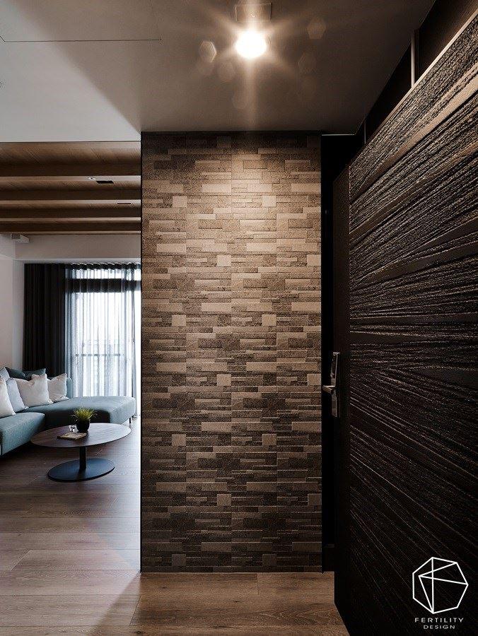 设计师利用富有天然纹理的石件屏隔,不尽创造入口的美感画面,也成功解决空间开门见窗的风水问题。