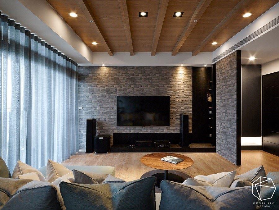 电视墙则延续石件材质,创造大面积的视觉律动性,并选用深色柜体镶嵌于墙面,增添收纳机能。