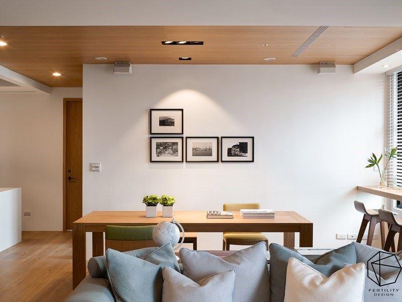 木餐桌与白墙共构温馨氛围,并在窗边吧台额外拓展了一处小吧台,让桌椅的机能更为延伸。