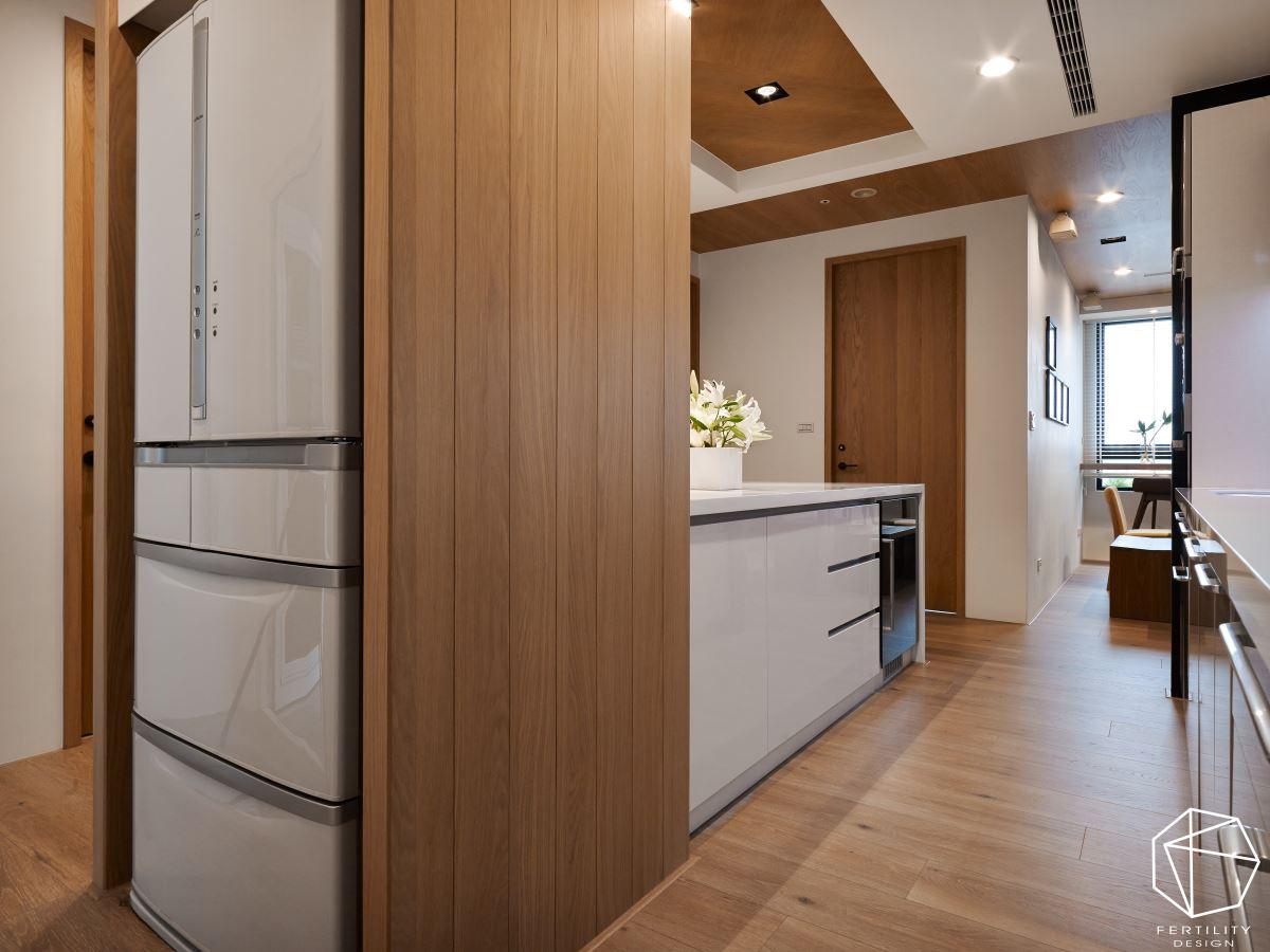 中岛餐厨利用现代化材质与木作相结合,营造利落大方的用餐场域,佐以上方镜面,更达到视觉放大效果。