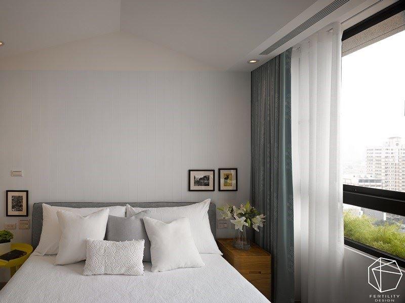 将纯白色系作为主题的主卧,巧妙将天花设计为欧式尖顶造型,在简约之中富有趣味感。