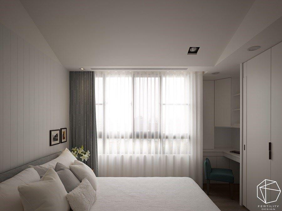 另外,利用角落空间设计 L 型座位区域,兼具收纳、阅览与梳妆功能,并开窗引导大量采光进入室内,创造空间明亮感。