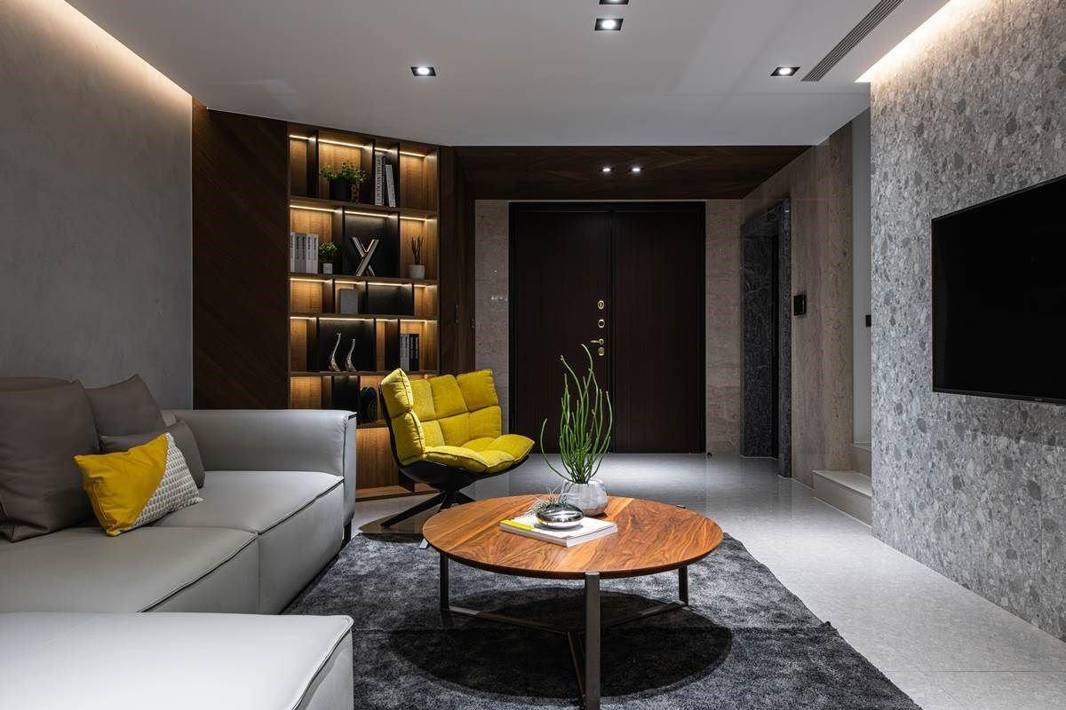 一楼的视听室讲究美形收纳,在边角规划美形展示柜,藉由木工、系统板、灯光等复合混搭,让柜体突破制式模样,吸睛且深具层次,实用与美感兼具!