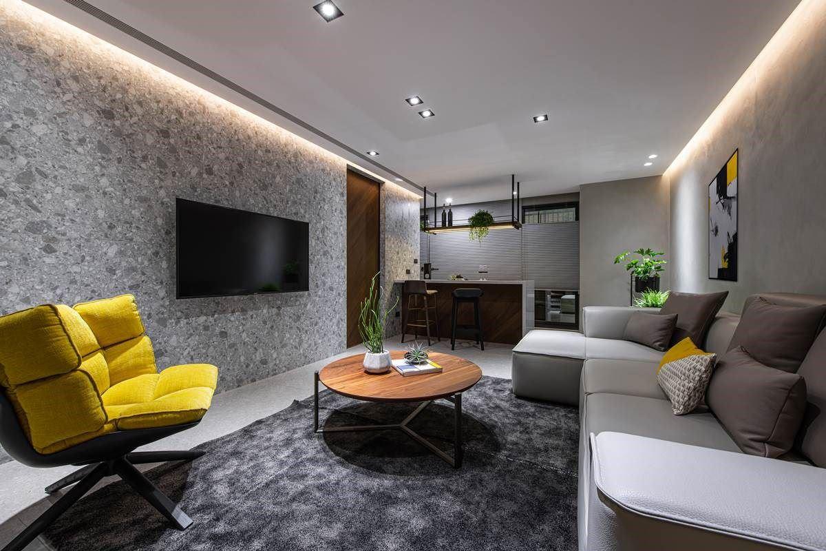 一楼作为视听室兼客厅使用,打造类似酒馆中岛的视听室,让人回家一进门,可在此沉淀、转换心情后再上楼,不只做为回家后的过度场域,也成为接待亲友时的欢聚空间。