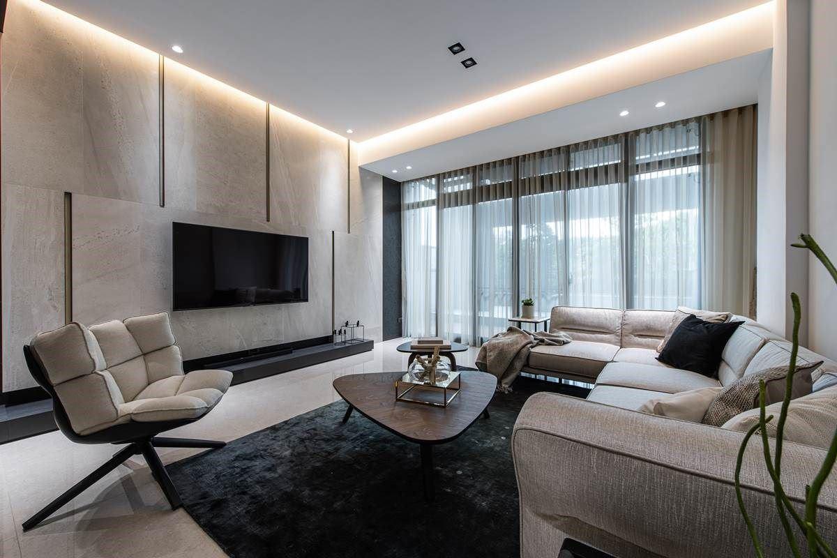 步上二楼,则可来到家人专属的客厅空间,赋予明亮宽广的格局视野,有别于一楼的视听室,较为明亮温馨,成为家人与亲友最常相聚的地方。