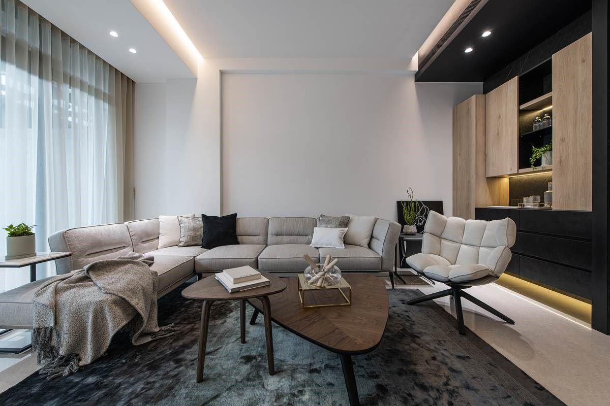 客厅呈现大面积留白,透过灯光、软件与柜体增添空间质感,展现低奢而年轻的氛围,让厅区带有品味与设计感。