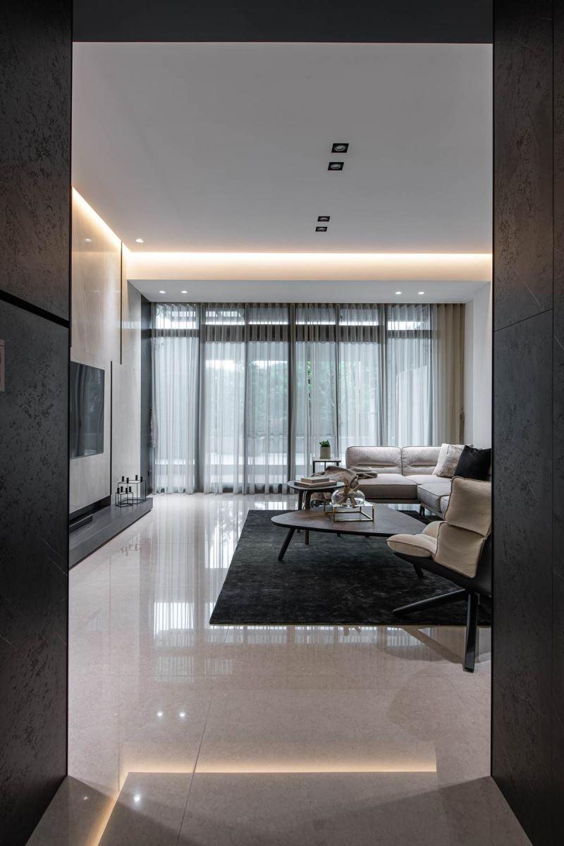 串联二楼客厅、餐厅、厨房的动线,创造充满互动感的情境,并让采光可过度分享,穿梭至每个角落。