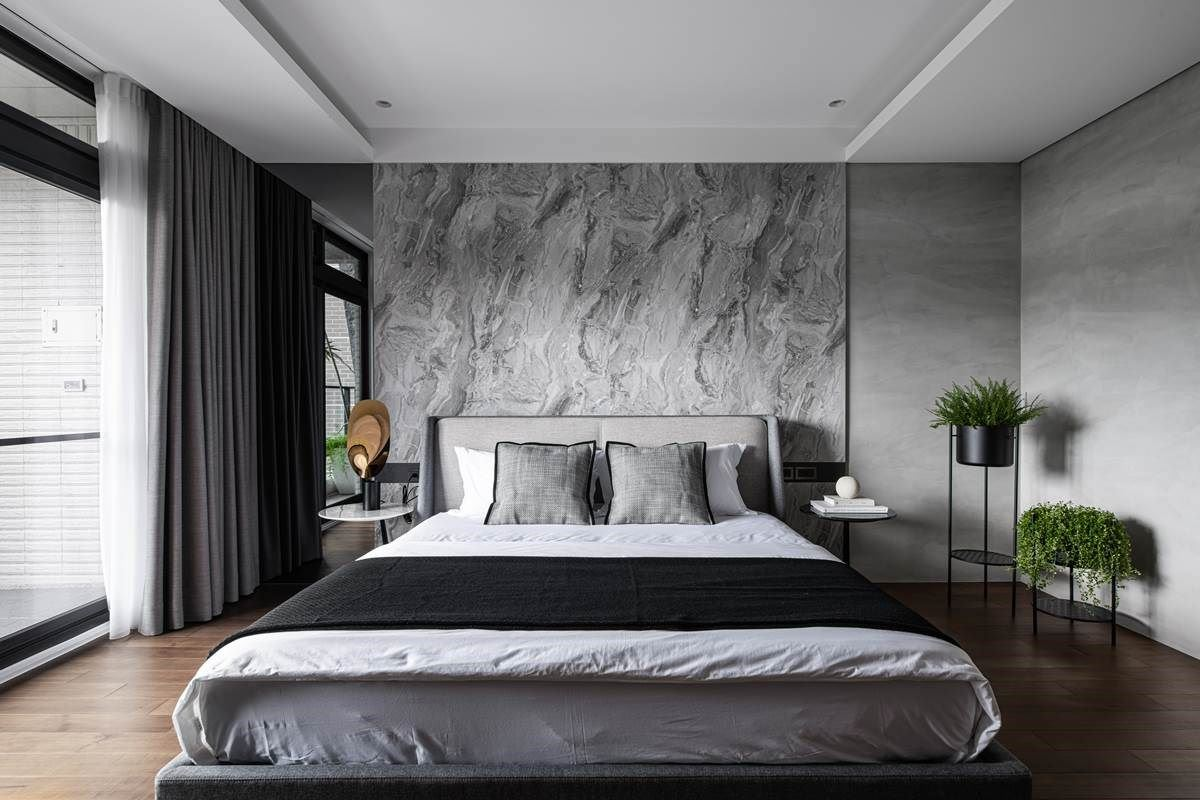 主卧房保留宽阔格局,在床边预先留下空间,方便之后放置婴儿床,以长久居住的思维做空间规划,考虑到未来生活的每一种可能。床背板选用石纹板的系统板,旁侧拼接带自然纹理的乐土,让空间有层次不单调。