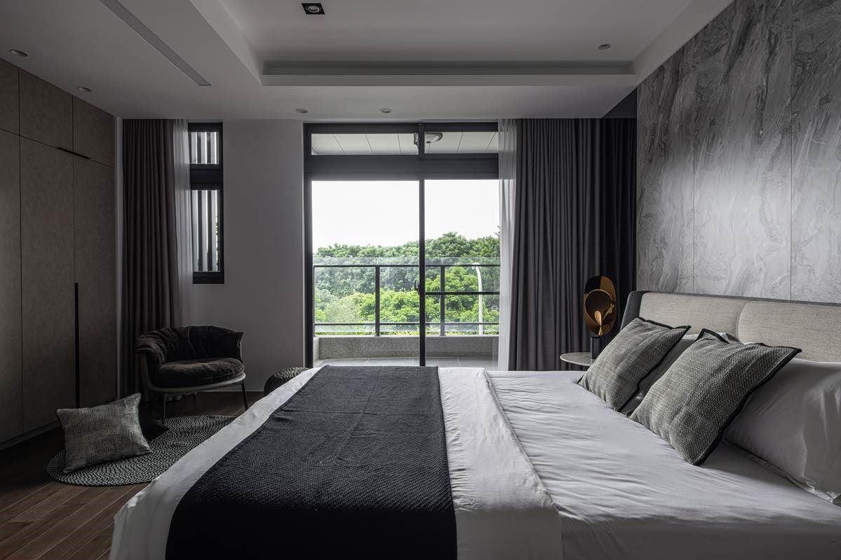 主卧房内,在床头旁侧装饰镜面,再利用窗面纳入好采光与美景,让卧室空间双倍延伸放大!