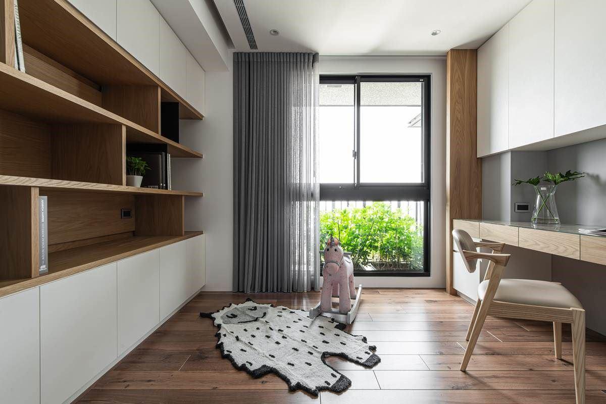 书房内坐拥好采光条件,导入窗外的清新绿意,并在室内铺设木地板,以及实用的木质书柜,创造出舒适实用的阅读场域。