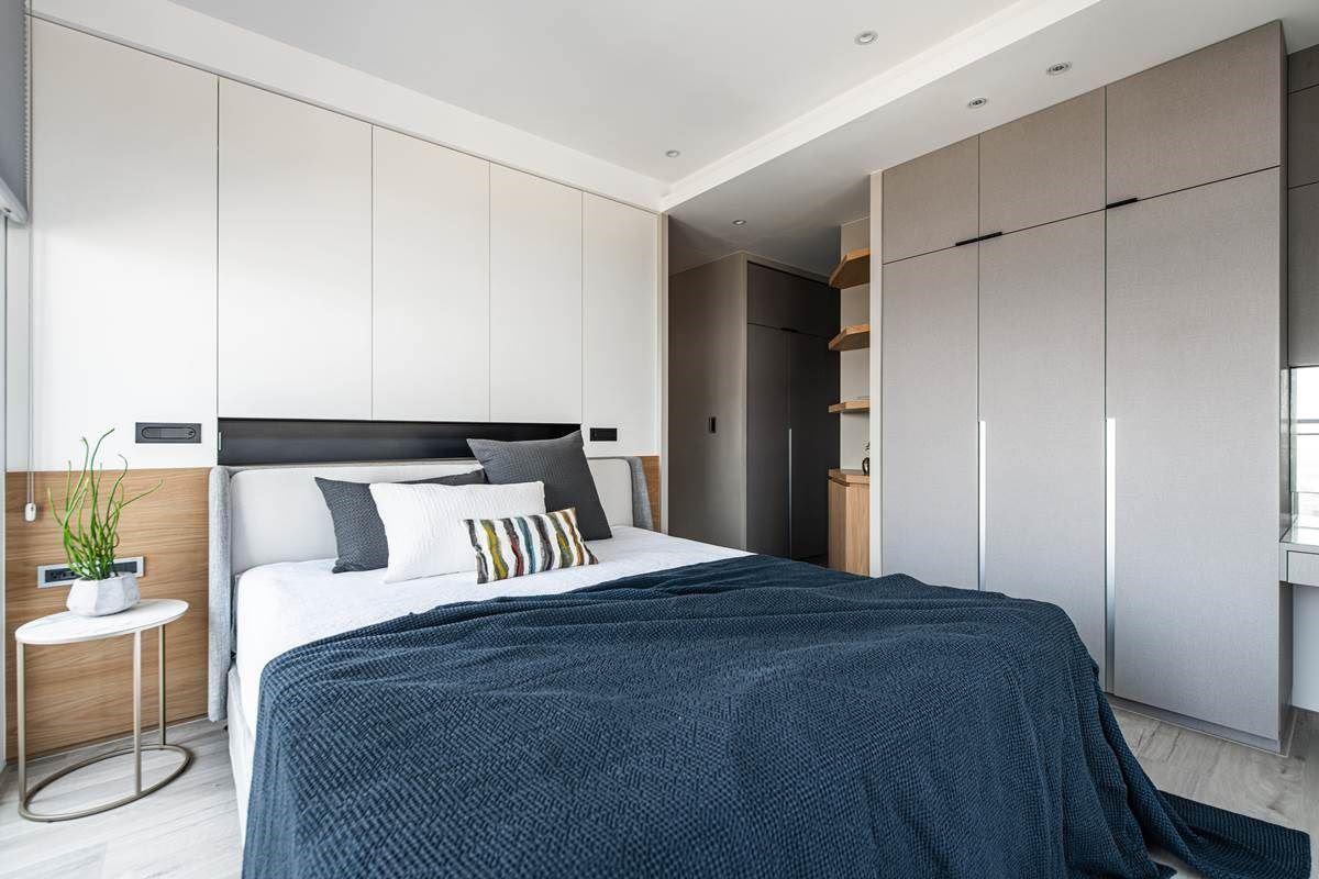 床头、衣柜都使用简洁利落的线条做勾勒,将把手化为细致的沟缝,结合恰到好处的留白设计、简约有质感的床单家具,让整体显得充满品味。