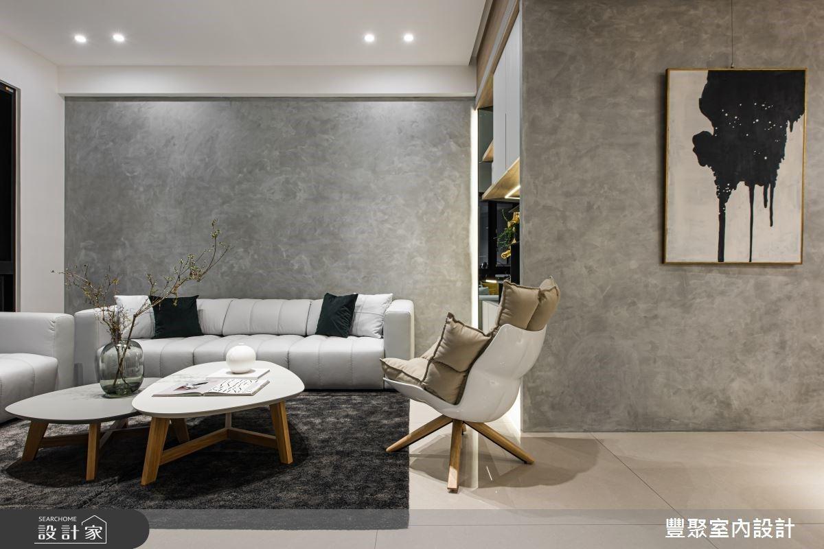 透过浅灰色的材质延续,呈现现代风的简洁时尚感,并搭佐同样浅灰色沙发软装,在简雅不繁复的美学中,打造深具品味的社交场域。