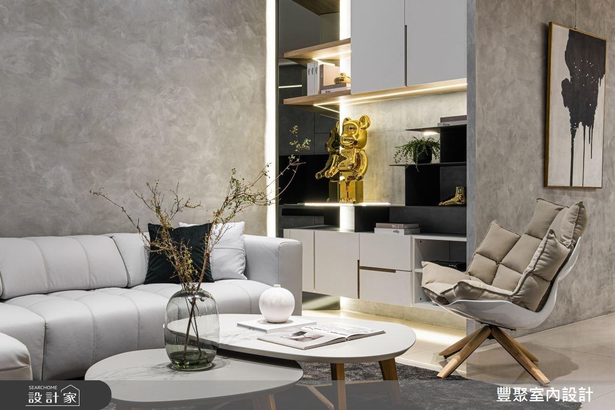 客厅沙发旁规划开放式柜体,可用来放置屋主收藏的库柏力克熊及收藏家饰品,收纳与展示功能兼具。