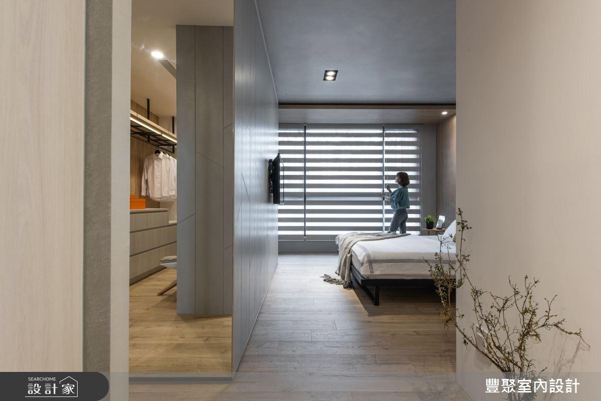 主卧房透过窗帘调整光线明暗,缔造舒适的明暗氛围,并划出与更衣间的流畅动线。