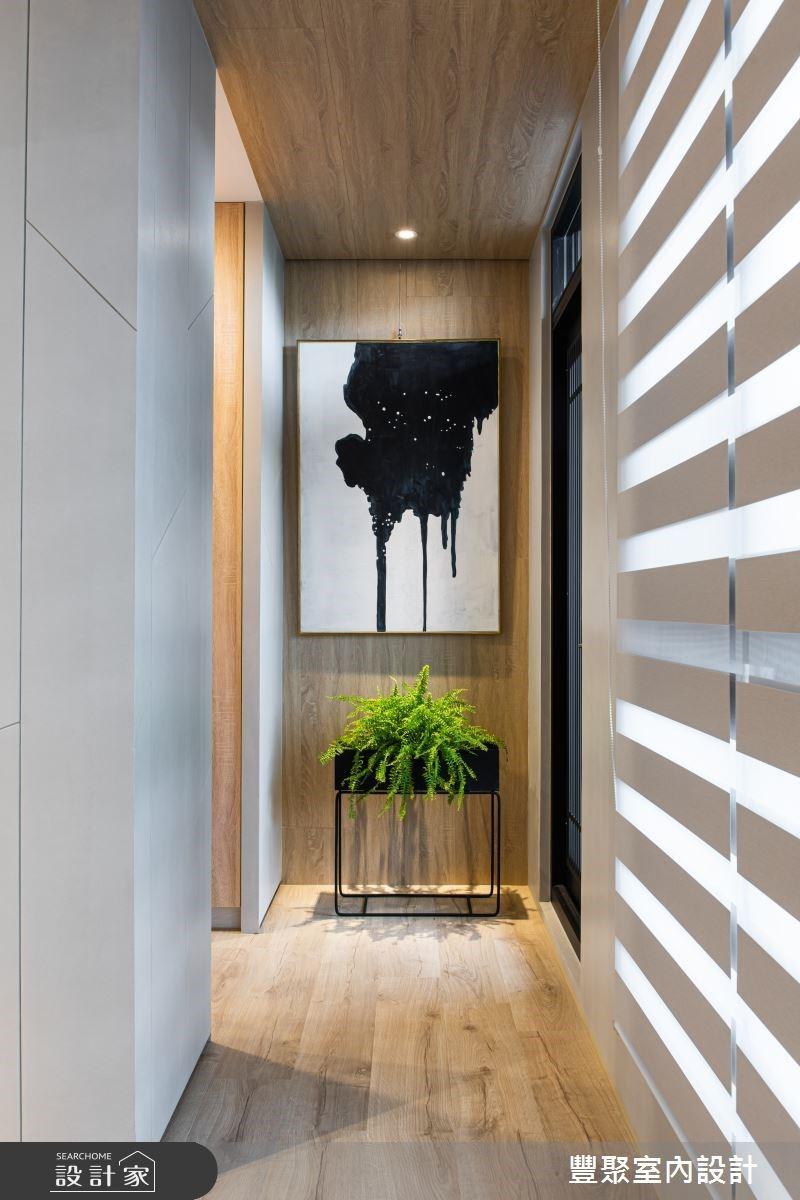 卧室同时与阳台衔接,可循着走廊过度两个区块。