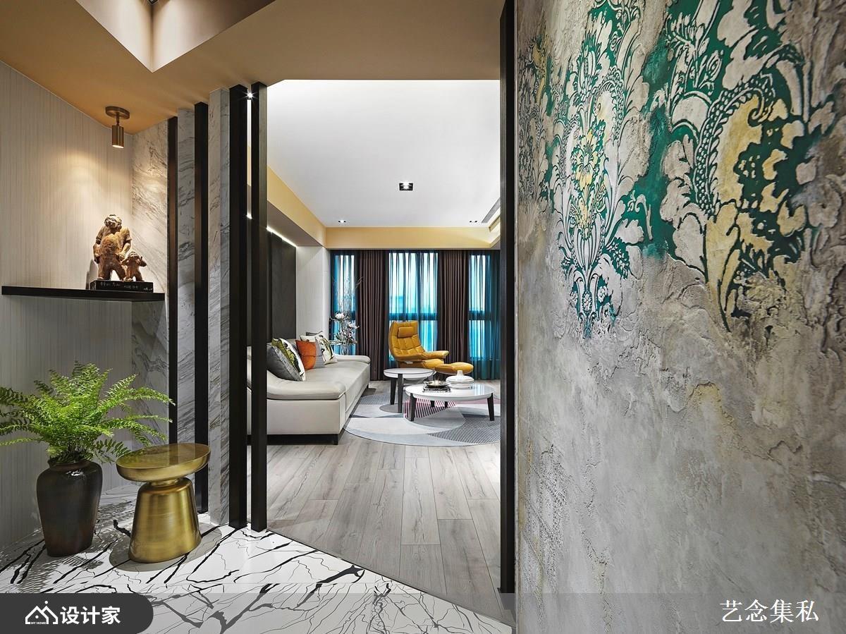 为增加「家」的个性和识别度,进门处选用丹麦环保漆 novacolor,以特殊的手法,在家中的墙面制作上立体的特殊花纹,流露着懿美之态,令人一进门就留下深刻印象。