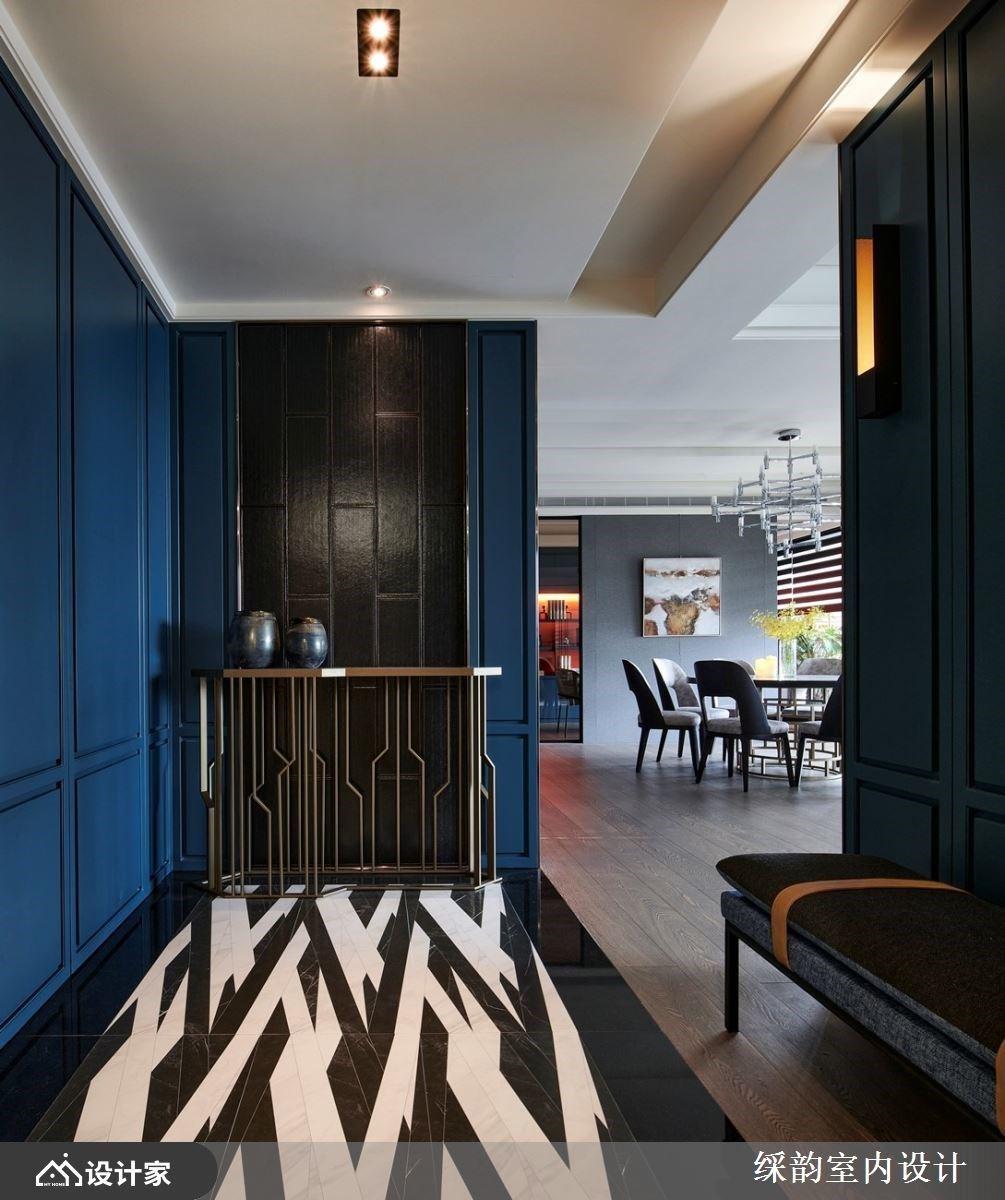 地板以深浅色调的斜切线条交错,创造强烈的风格特色,延伸至以皮革衬底、细致铁件台面的端景墙,展现人文美学色彩。