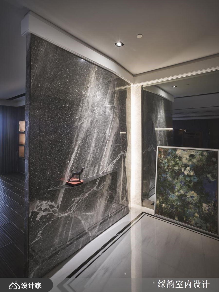 大石材作为界定玄关与公领域的隔断设计,下方嵌入细致层板,展示风格小对象,伴随光线的映照下,流露艺术丰采。