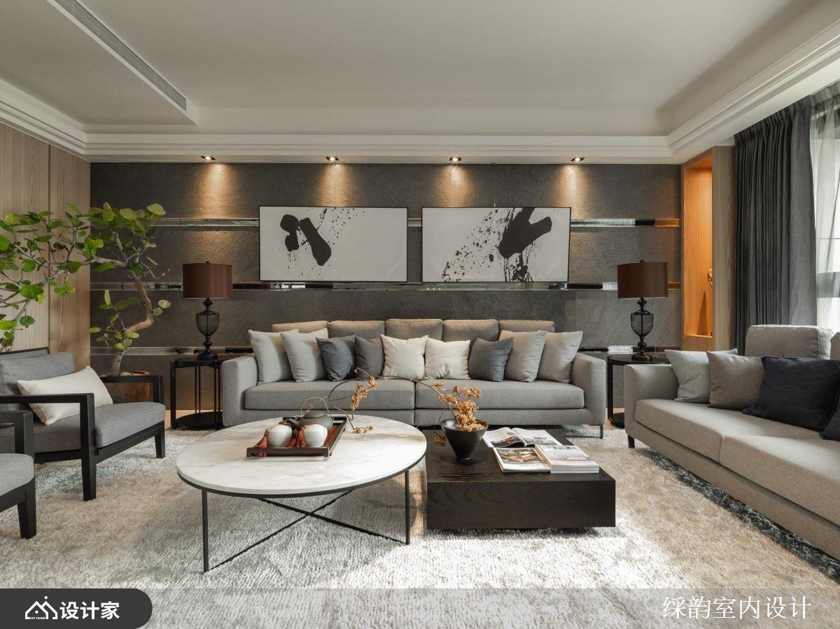 以灰色调为基底的客厅空间里,透过金属、镜面的横条纹贯穿背墙,搭佐泼墨意象画作,注入人文雅致意趣。