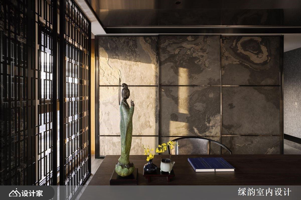 客厅另一侧规划书房,透过窗棂、木纹、石材与观音雕像堆栈出中式端景意象,营造悠然静谧的氛围。