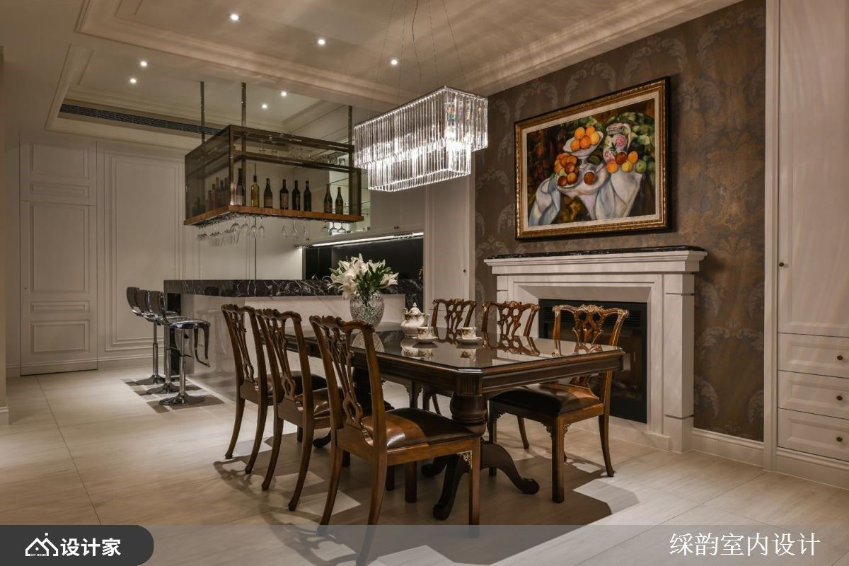 餐厅里,以壁炉为灵感并搭佐古典画作,成为视觉端景造型,替方正线条感的空间增添些许柔和气息。