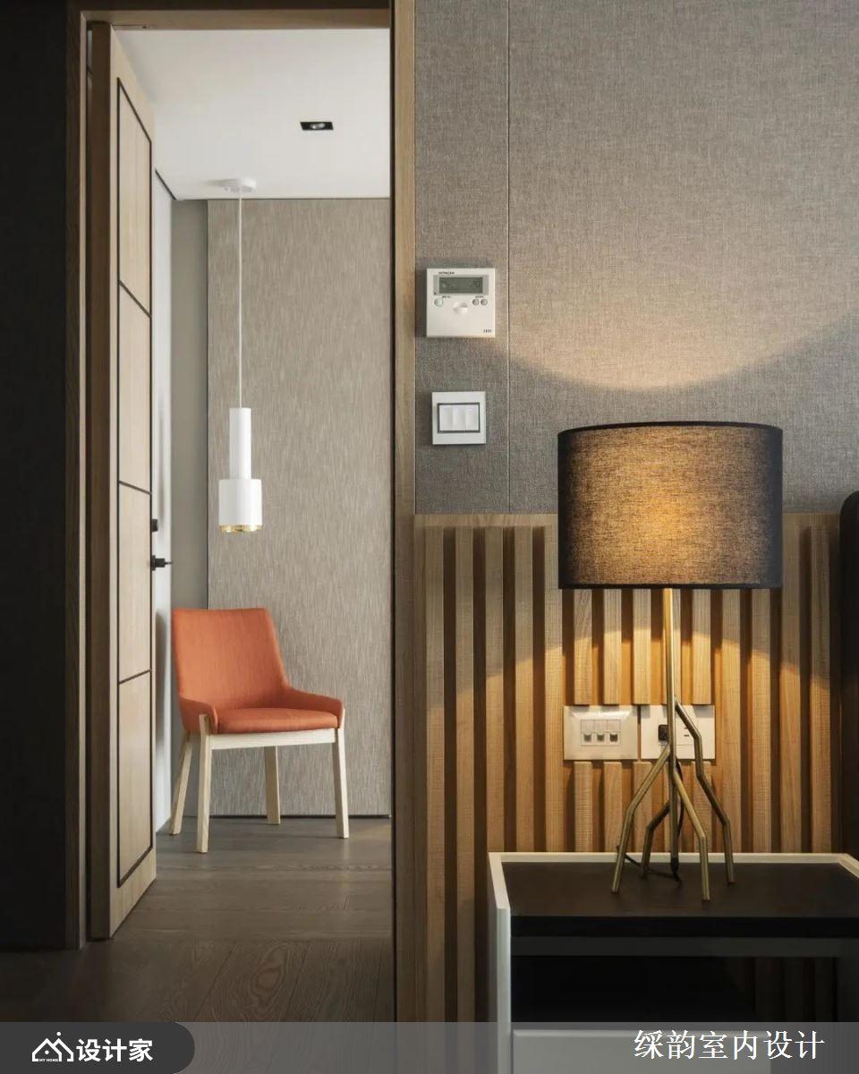 利用角落空间创造视觉端景,无论是光线投射在素雅墙纸、格栅造型立面,形塑的渐层美感,或是利用简单单椅搭配吊灯的手法,处处诠释美感生活。
