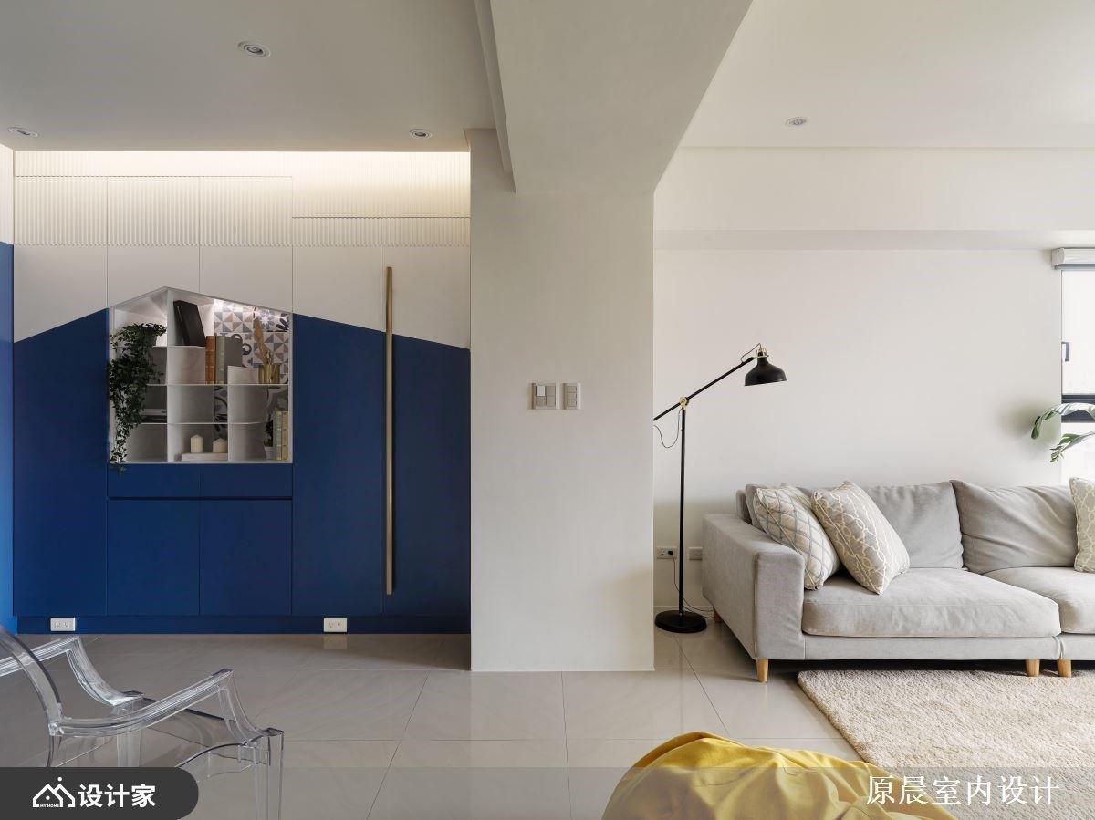 蓝白色调X几何切割展示柜,打造宽敞明亮现代风私宅
